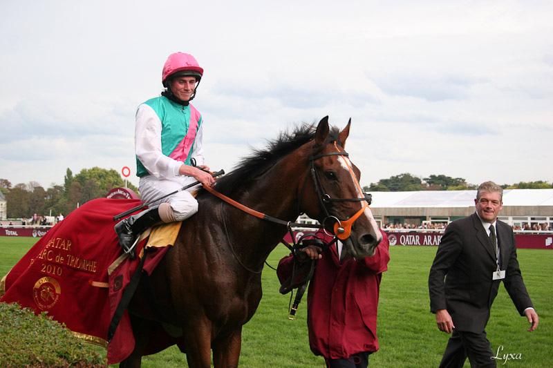 Retour des gagnants du Qatar Prix de l'Arc de Triomphe 2010 : Workforce et Ryan L. Moore.